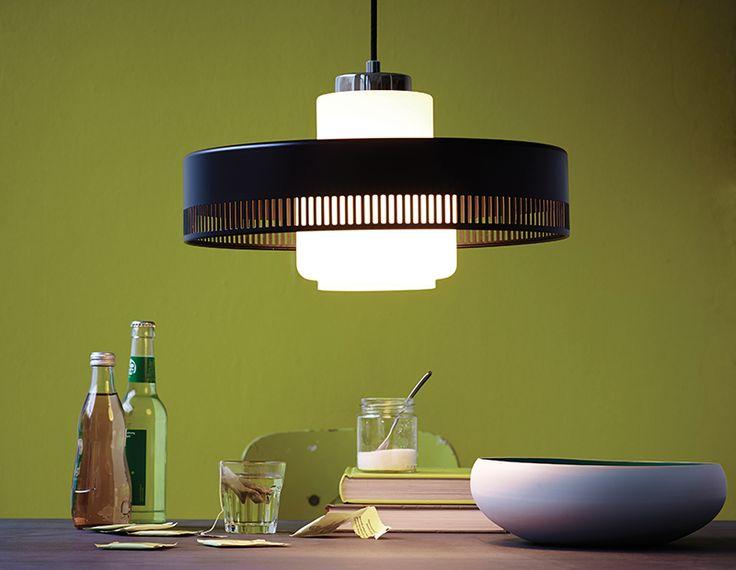 Haley-riippuvalaisimessa lamppu on valkoisen opaalilasin sisällä. Valo on tasaista ja häikäisemätöntä.  http://www.valotorni.fi/product/18110/haley-riippuvalaisin-e27-musta