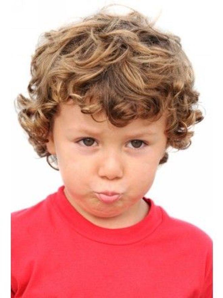 Idée de coiffure cheveux longs pour petit garçon : Bouclé