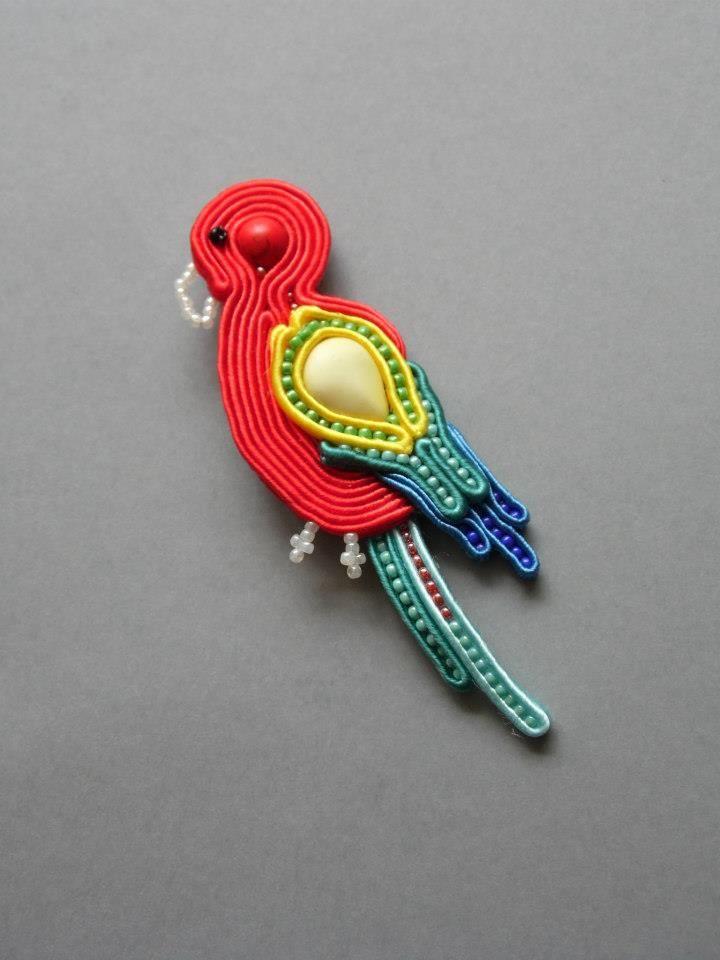 Papużka wykonana w technice haftu sutaszowego,z howlitami i koralikami TOHO. Papużka może być zarówno broszką,jak i wisiorkiem,jest do tego przystosowana Emotikon smile. Tył wykończony estetycznie czerwonym cieniutkim filcem.