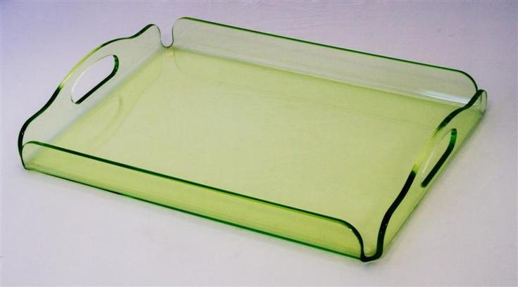 Vassoio in plexiglass verde trasparente con manici. Realizzato tramite piegatura a caldo