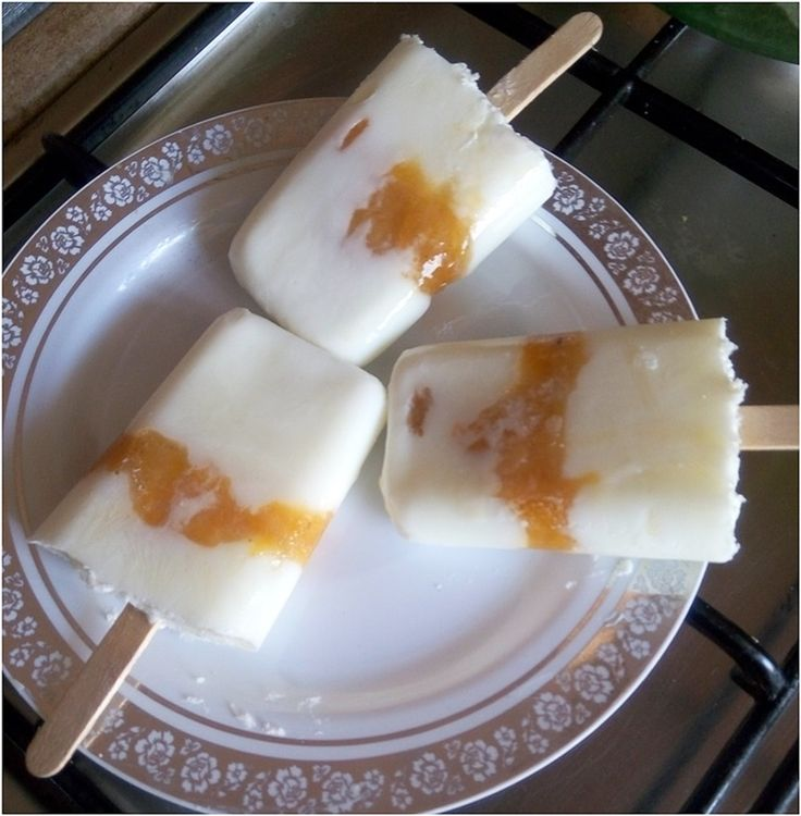 Ice pops of yogurt and rum and apricot jam
