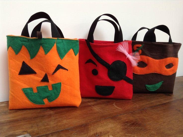 idées de sac en feutrine assortis aux déguisements pour mettre  les bonbons  à Halloween