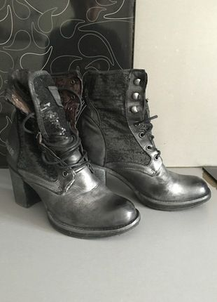 À vendre sur #vintedfrance ! http://www.vinted.fr/chaussures-femmes/bottes-and-bottines/20852648-bottine-a-lacets-bunker-noir-argent-t39