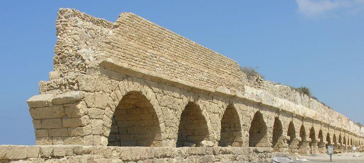El acueducto es uno de los destinos turísticos más populares de atracción en Cesarea. Está situado hacia el extremo norte de la ciudad. Sus orígenes se remontan al período herodiano. El Acueducto se encuentra actualmente medio cubierto de arena. La historia cuenta que el acueducto sirvió para el transporte agua de un manantial que se encuentra a 6 kilómetros de la ciudad. Los restos de dos conductos se pueden ver actualmente.