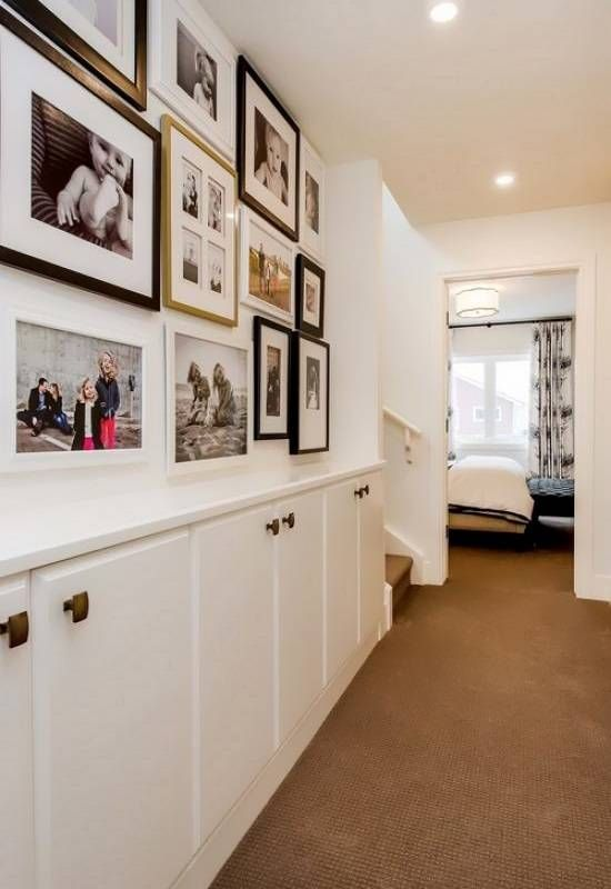 Фотографии и узкие шкафчики на стенах в коридоре