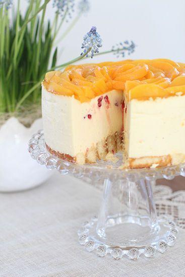 Tämän ihanan hedelmäisen juustokakun leivoin jo pääsiäisen aikoihin, mutta kiireet ovat pitäneet blogikirjoittelun valitettavasti väh...