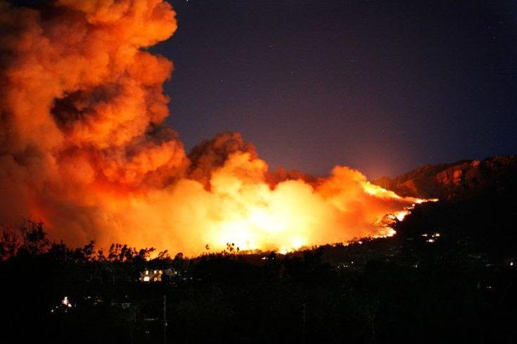 Λακωνία: Μάχη με τις φλόγες στον Κότρωνα -Κόσμος απομακρύνθηκε με ιδιωτικά σκάφη