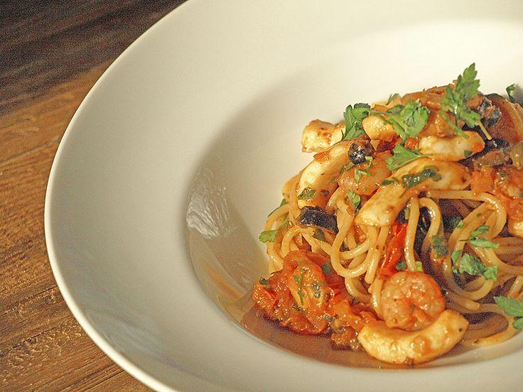 Met deze heerlijke spaghetti met inktvis en garnalen maak jij van je tuin binnen enkele minuten een Italiaans terras ;)