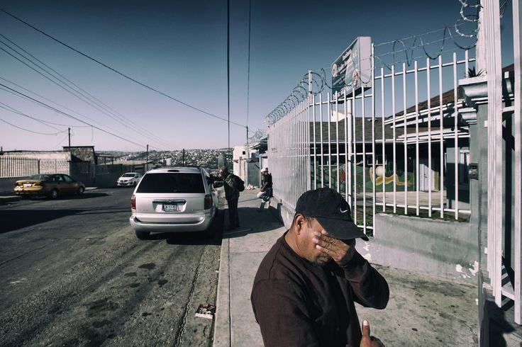 Llegan a la frontera con pruebas en la mano y fotografías de los moretones que sufrieron en un secuestro, o con la denuncia policial de cuando sus hijas fueron abusadas. Pero los agentes fronterizos no les permiten siquiera empezar el trámite de asilo, en violación a los tratados internacionales.