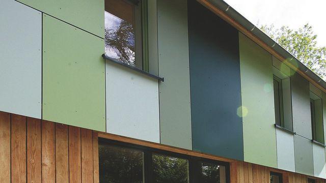 """L'architecte Emmanuel Coste compose sa maison de fibres de bois et de résines thermodurcissables. Les panneaux """"Meteon"""" de Trespa existent dans 67 couleurs ainsi que dans des finitions métal et bois."""