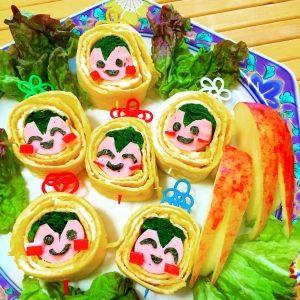 「お弁当に、笑顔溢れる♪にこにこ坊やの★卵巻き」お弁当箱を開けたら、思わず笑顔になってしまうにこにこ坊やの卵巻きです。どこを切っても、にこにこ坊や♪顔は魚肉ソーセージ、頭をほうれん草で作りました。可愛いです。【楽天レシピ】