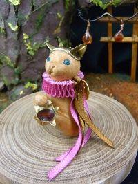 「お酌の猫」ピンブローチ