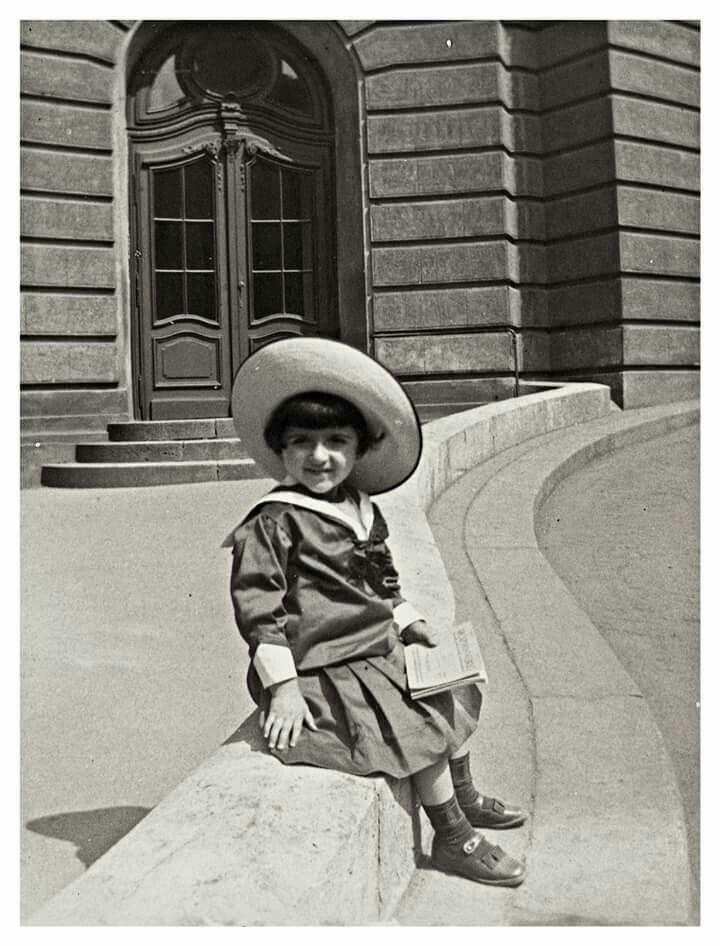 1912. A Vígszinház előtt