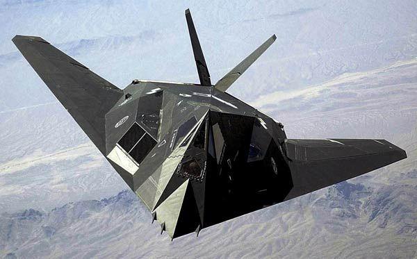 ステルス攻撃機ロッキードF117 米国防総省は1970年代の初め、レーダーに捉えられにくいステルス技術の研究を始めた。…