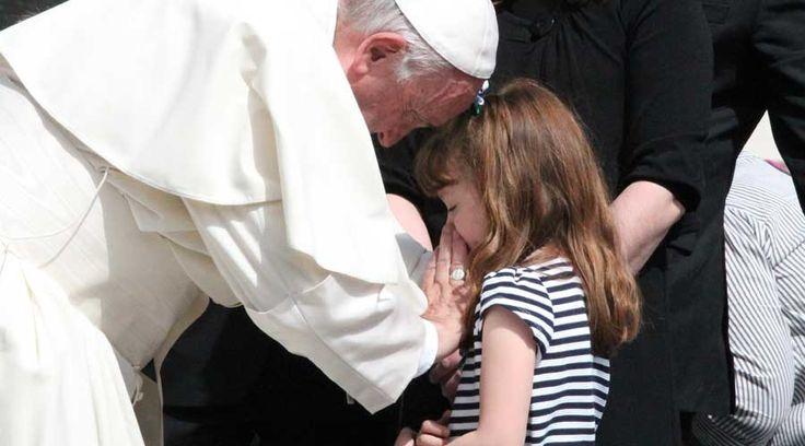 Dios te salve, Reina y Madre de misericordia, vida, dulzura y esperanza nuestra.  Dios te salve.  A Tí clamamos los desterrados hijos...