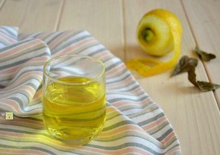 Il canarino è una bevanda digestiva di origine naturale con limone e alloro, perfetta dopo un pasto pesante per alleviare la sensazione di gonfiore