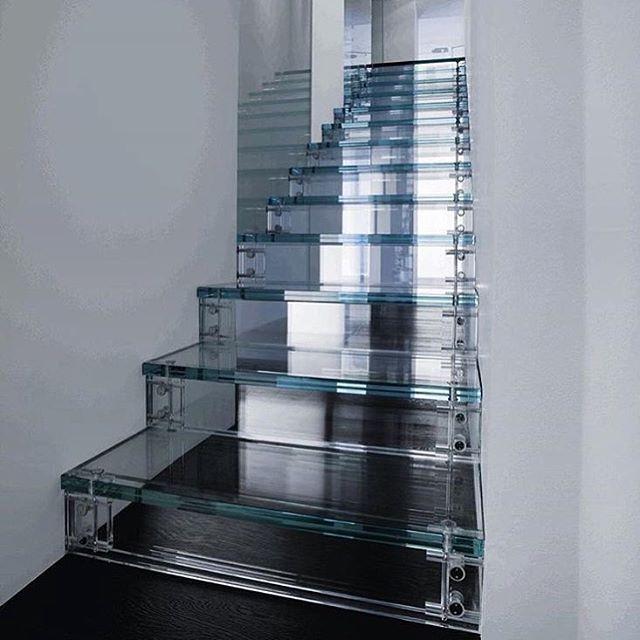 tangga kaca lurus