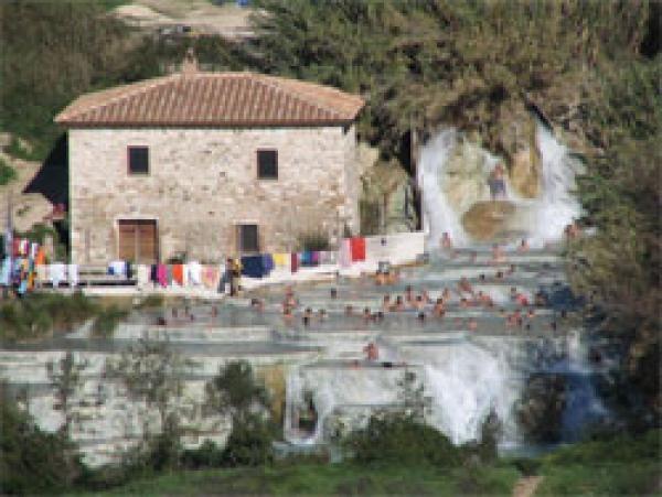 Helemaal in het zuidelijkste puntje van Toscane vind je een van de leukste gratis attracties van Italie: de watervallen van Saturnia. Heilzaam zwavelhoudend water van 37 graden Celsius komt hier zomaar uit de aarde zetten. Vele Italianen en toeristen weten de enigszins verstopte watervallen te vinden en het is dan ook een gezellige bedoening van stinkende, beslipperde, achter autodeuren verkledende mensen.