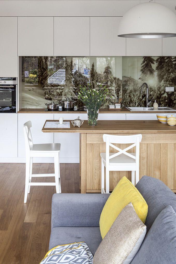 #Livingroom #Apartament Zakopane. #Salon połączony z kuchnią. Pomiędzy niebanalna drewniana wyspa. Nowoczesne białe meble stanowią doskonałe tło dla charakterystycznych drewnianych mebli nawiązujących do podhalańskiej tradycji. #kitchen #kuchnia #salon #sofa #white #furniture #interiordesigner #design #interior #projektowanie #wnętrz #aranżacja #architekt  Projekt http://tryc.pl/ Foto: Marcin Czechowicz Stylizacja: Marynia Moś Publikacja: M jak mieszkanie