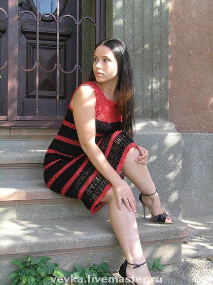 Купить или заказать Вязаное крючком летнее вечернее платье 'Кармен' в интернет-магазине на Ярмарке Мастеров. Платье связано на вилке и крючком из качественного хлопка. Черные полосы связаны на вилке и красная сетка крючклм. Если без рукавов, как сарафан, то цена изделия ниже. Сочетание цветов по Вашему желанию. Можно и летнее сделать в светлых тонах.
