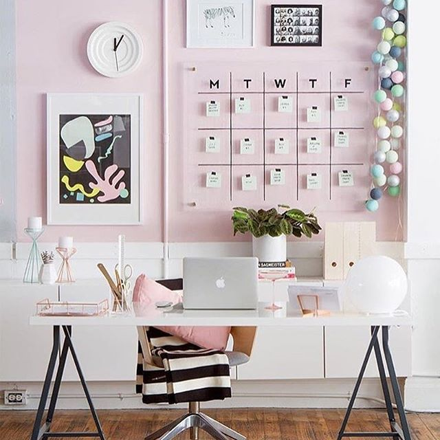 Que fofura de home office 😍💗 Créditos: Oh Happy Day | via Design Milk | #inventeiedecorei