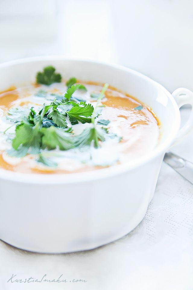 Zupa dyniowa z curry, mlekiem kokosowym i sosem pomidorowym.