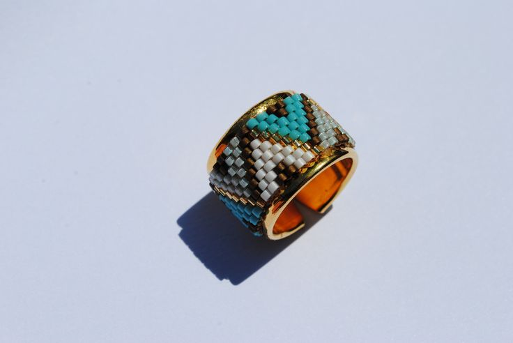 Bague d'inspiration etnique ,en perles ,dans les tons bleu,marron doré et blanc. : Bague par pascheretbienrange
