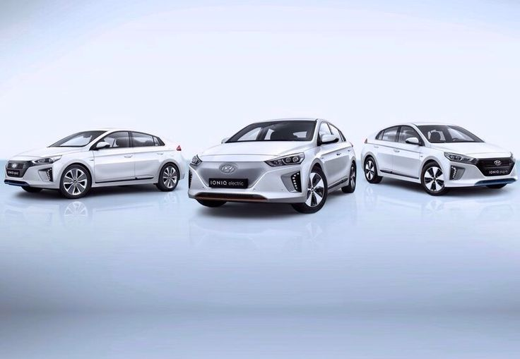 Big concourse, the Hyundai Ioniq. The Ioniq is a very new Electric-car with 3 different model-options. In the middle the electric-version, on right the hybrid-version and on left the coming plug-in-version. Hyundai wants to attack the competitors by Opel Ampera-e, Renault Zoe, VW Golf-e and specially the Toyota Prius. The hybrids power are 141HP. It delivers over 50kilometers of range by 8.9 lithium-ion battery. The electric-version offers a completely electric-range over 250kilometers.