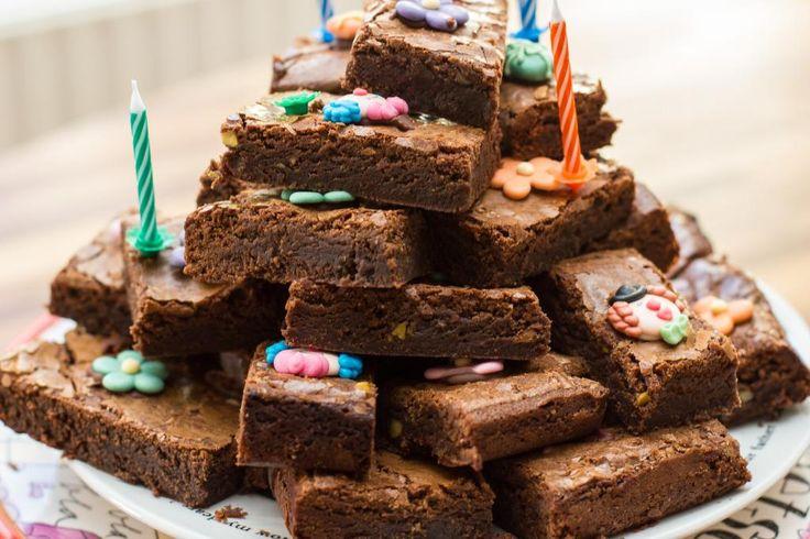 Back to the basics: brownies! Een goed recept voor brownies is natuurlijk ESSENTIEEL in een keuken. Ik heb de afgelopen jaren veel geëxperimenteerd met verschillende soorten brownies en deze klassieke brownie is mijn absolute favoriet. Het fijne aan brownies is, -en dat is iets heel vervelends- dat ze zo ontzettend makkelijk zijn om te …