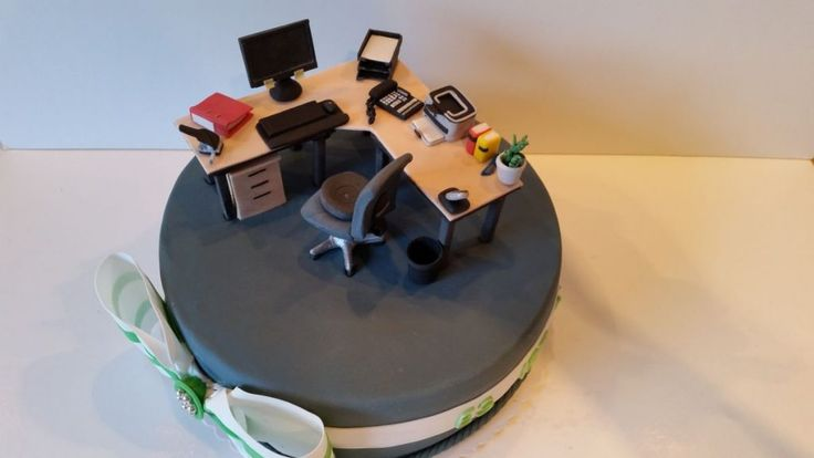Bürotorte 2:  Solche Bürotorten / Schreibtischtorten finde ich immer ein tolles Abschiedsgeschenk z.B. für Kollegen, die sich in den Ruhestand verabschieden. Da man die Schreibtischdeko noch lange aufbewahren kann, haben sie noch eine lange Erinnerung an ihren alten Arbeitsplatz mit Drucker, PC, Pflanzen etc.