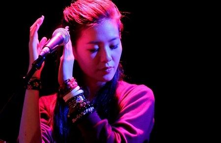 张悬 (Taiwanese Singer - Deserts Chang Xuan) l Using a guitar as her primary instrument, Chang is known for her coffeehouse music. She is generally considered an indie artist.Chang's most downloaded song Baby (寶貝) was written after she turned 13 following a fight with her mother. http://www.youtube.com/watch?v=02lOA_p3FJI=fvwrel