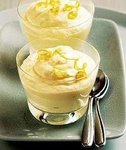 Citroenmousse is een lekker recept en bevat de volgende ingrediënten: - 250 ml slagroom, - 1 citroen, geraspt en uitgeperst, - 60 gr suiker, - 2 eiwitten