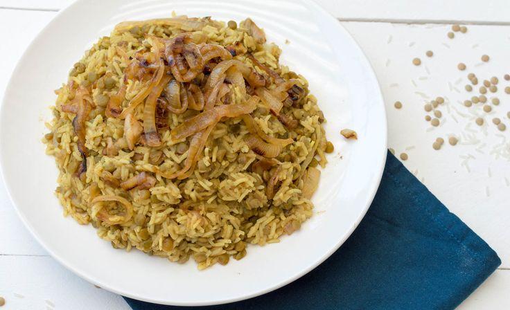 Heerlijk recept voor Arabische Mujaddara of Mujadara met rijst, linzen, specerijen, uien en rozijnen. Gezond, voedzaam en erg lekker.