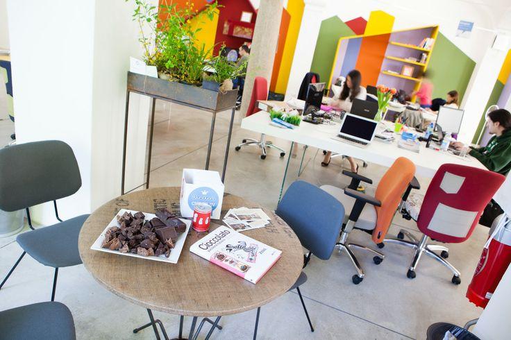 Colori, emozioni… Monforte! #Ufficiomanifesto #Lago #Arredamento #Cowork #Design #Fuorisalone #Tortona #Colori #sedie #Tavoli #work #cioccolato #zaini #pausacaffè #fiori