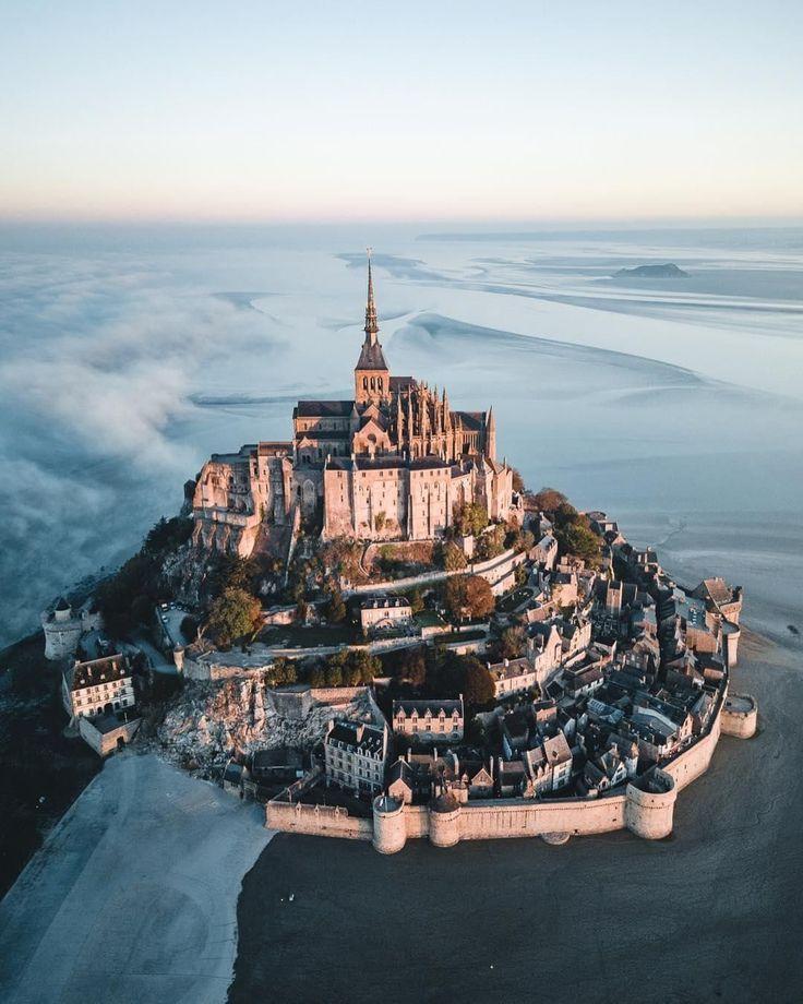 Die winzige Insel Mont Saint-Michel in der Normandie, Frankreich, mit einem Umfang von nur 900 Metern, blickt auf eine mehr als 1000-jährige Geschichte … – Michelle Straw