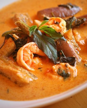 Famous Thai spicy Red Curry with Shrimp #thaifood   http://www.my-kohphangan.com/kulinarisches/rezept-fur-curry-paste-prig-gang-kua/