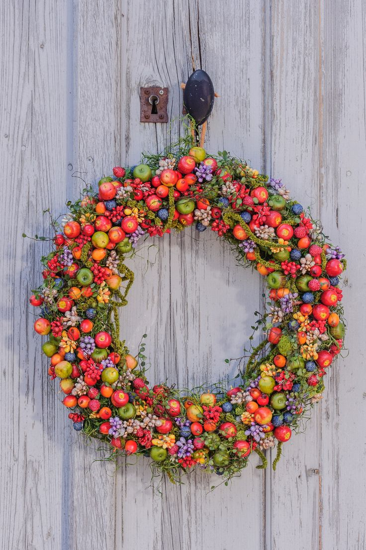 プリベリーピック ―アレンジに付け足すだけで彩り豊かな表情をプラスー プリベリーはアレンジに付け足すだけで彩り豊かな表情を簡単にプラスできる、とっても便利なアイテム。色・形共にリアルな造型で、季節感を取り入れたデザインからスイーツデコまで幅広く活用できます。キュートなベリーを気兼ねなくたっぷりと使えるよう、抜群のコストパフォーマンスでお届けします。