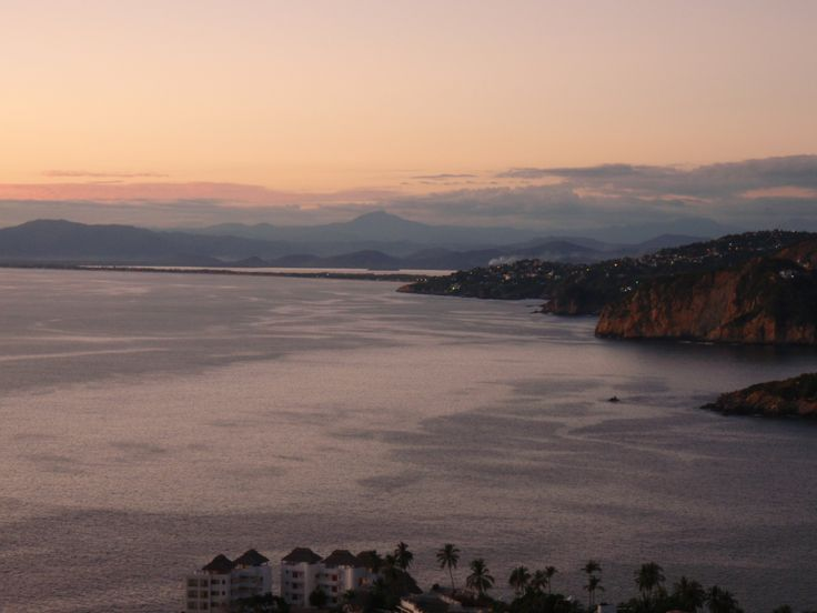 Vista desde el Fracc. Las Playas, hacia la playa y laguna de Pie de la Cuesta... hermoso!!