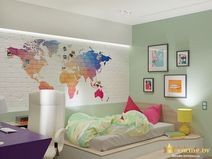 карта мира на кирпичной стене и подсветка вдоль всей стены