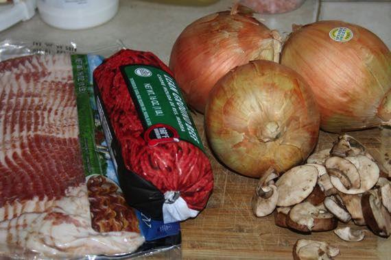 Perfektný recept na grilovaciu sezónu. Cibuľové bombičky plnené s mletým mäsom a obalené v slaninke. Mňam!