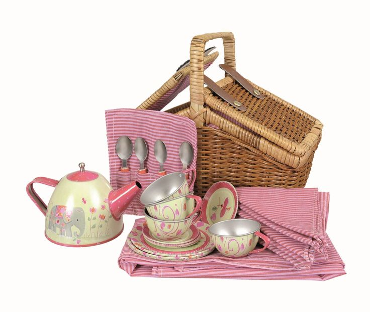 CESTITA PICNIC INDIA Un magnífico mini juego de té de metal para 4 con su cestita de mimbre forrada y sus accesorios como el mantel y las servilletas a juego. Perfecto para una tarde con los amigos. Puedes acompañarlo con unas pastas o bollos y además tienes bolsas de té y azúcar en terrones (no incluidos en el set). Mira nuestros artículos relacionados y sugeridos!! Medidas aproximadas: 30x20x10 cm Materiales: Textil Metal Otros materiales Edad recomendada: A partir de 3 años PVP: 33,90 €