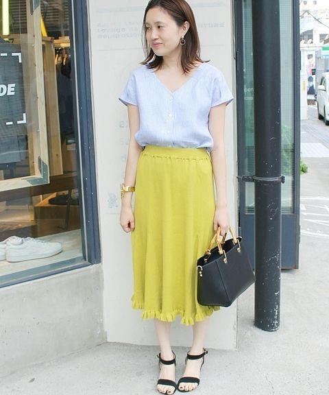 リネンVネックブラウス  シンプルなVネック開きのリネンブラウス。 爽やかなストライプ柄が夏らしいイエローのスカートと好相性。