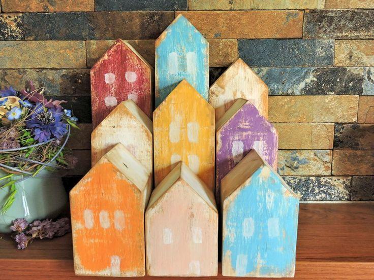 Dřevěné domečky. Závidím dřevu. Je to divné, ale vezměte si: něco vydrží, krásně voní a čím je starší, tím dostává větší půvab. Možná právě proto se obklopuji přírodními materiály a snažím se propůjčit svému domovu trochu z toho dřevěného kouzla....