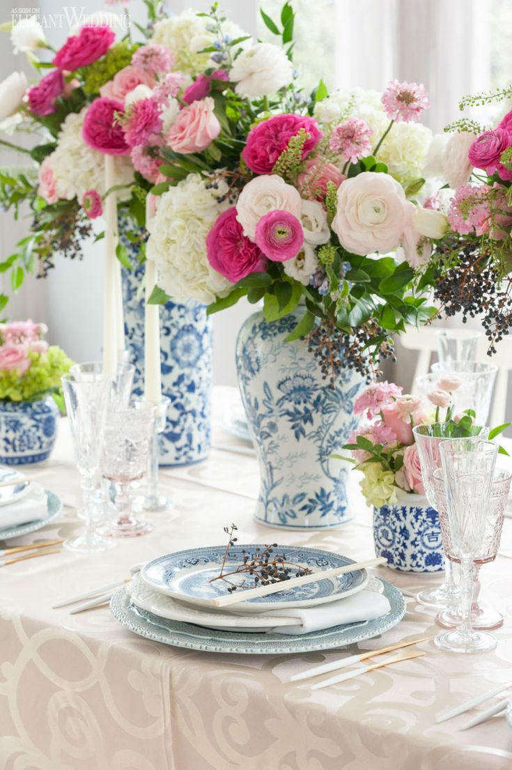 Modern chinese new year table setting - Blue And Beige Asian Table Setting With Large Floral Vases