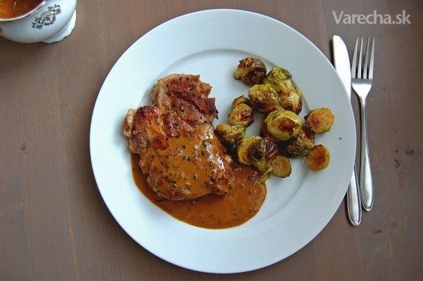 Grilovaná krkovička s pečeným ružičkovým kelom a koňakovou omáčkou - Recept