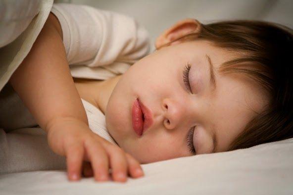 Bebeği emzirerek veya sallayarak uyutmak doğru mu?  Bebeğin kendi kendine mi uyuması gerekli? Bebeğin odasını ne zaman ayırmalı? Geceleyin uyanan veya ağlayan bebeğe nasıl davranmalı? İşte bebek uyku eğitimi ve nasıl yapılacağı hakkında bilmemiz gerekenler...