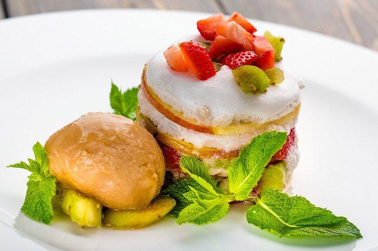 Мильфей из яблочных слайсов с ревенем, семенами чиа, клубникой и кремом из семян льна из ресторана DuranBar