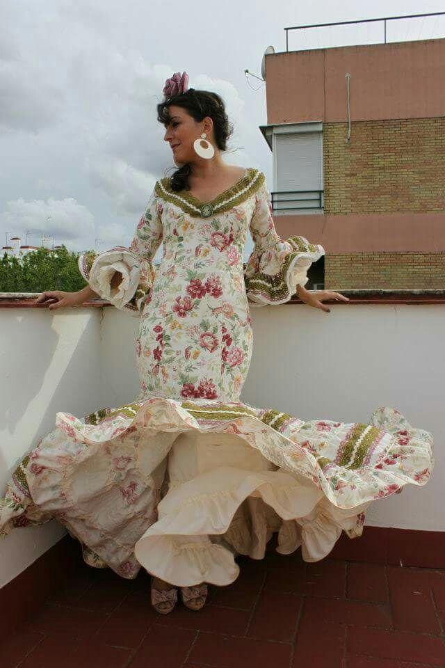 ¿quien dijo que los trajes canasteros eran pesados y no tenían vuelo? Traje canastero rosa maquillaje. Feria de abril en Sevilla. Diseñadora Rosa Pedroche.