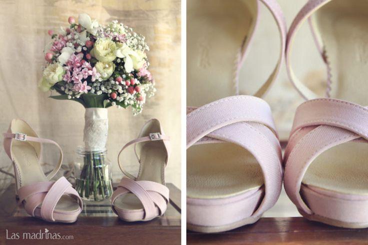 Sandalias de novia rosa palo cuarzo. Foto de Boda en Malaga www.lasmadrinas.com
