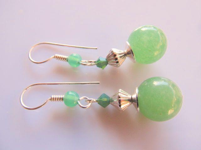 Oorbellen Minty Jade groene jade met swarovski kristal kraaltje en aventurijn kraaltje in de oorhaak. geheel verzilverd. www.doloressieraden.nl